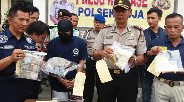 Kapolsek Koja Kompol Supriyanto memeprlihatkan barang bukti narkoba yang disita dari jaringan LP Bulak Kapal.[BEN]