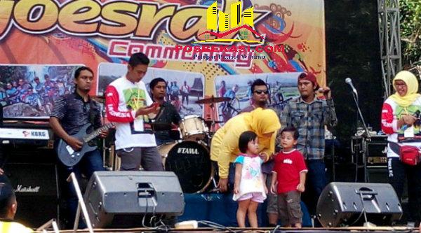 Bupati Neneng Hasanah Yasin bersama kedua putra-putrinya di acara Fun Bike di Desa Kertarahayu, Kecamatan Setu, Kabupaten Bekasi, Minggu 18 September 2016.[SOF]