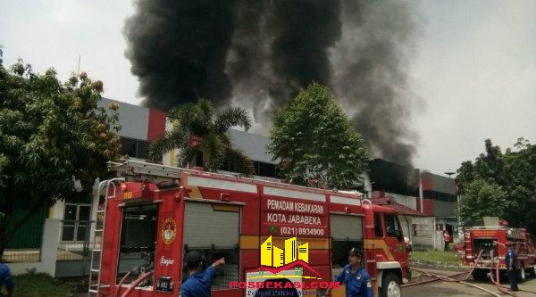 Petugas saat berusaha memadamkan api di yang berkobar di pabrik PT Lea Tat Chemindo.[IMH]