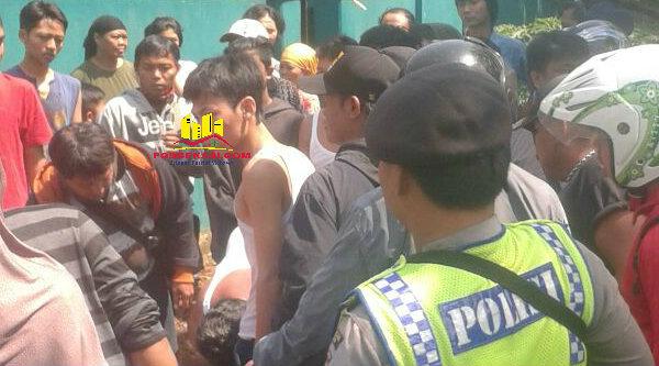 Salah seorang pelaku pembobol kantor Yayasan yang diamankan polisi dari amuk massa.[YAN]