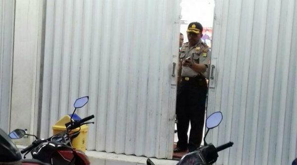 Polsek Cikarang Utara olah tempat kejadian perkara kasus perampokan bersenjata api (senpi) di mini market.[BEN]