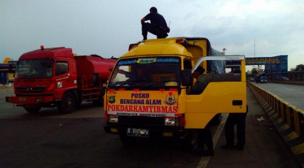 Kenderaan yang memabawa bantuan bencana alam dari masyarakat Bekasi saat dalam perjalanan menuju Garut.[RIK]
