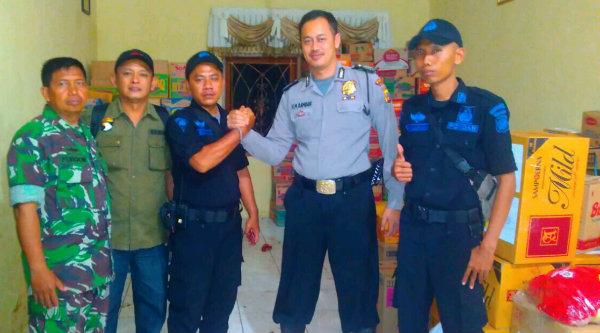 Rombongan Pokdar Polsek Metro Setu dipimpin Riki disambut Bripka H.M Ramdam dan Kaptain Furqon di Posko Bencana Polsek Tarogong Garut.[RIK]