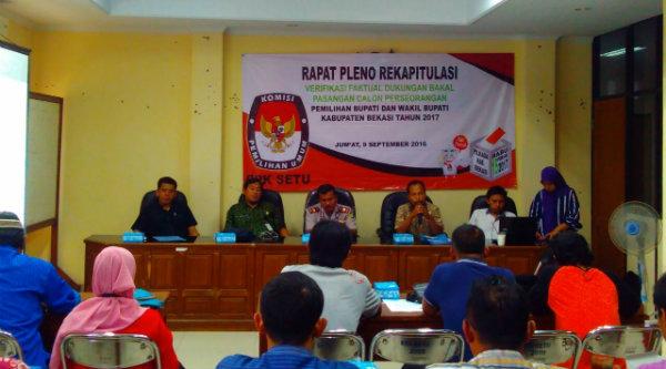 Rapat pleno penghitungan suara pasangan bakal calon independen Pilkada Kabupaten Bekasi digelar di Aula Kecamatan Setu, Kabupaten Bekasi, Jumat, 9 September 2016.[IMA]