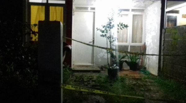 Rumah yang didiami Ory Santoso Supangat di Blok OF 10 No 20 RT04/09 di Perumahan Harves, Desa Cikarageman, Kecamatan Setu, ditandai garis police line oleh Polsek Metro Setu.[IDH]