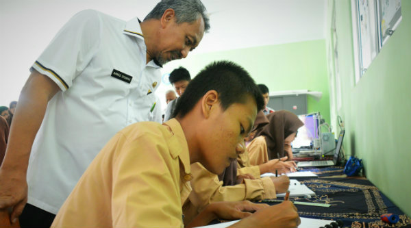 Wakil Walikota Bekasi H Ahmad Syaikhu menyaksikan langsung karya siswa SMKN 8.[IDH]