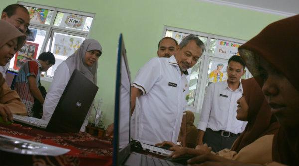 Wakil Walikota Bekasi H Ahmad Syaikhu memperhatikan aktifitas pelajar SMKN 8.[IDH]