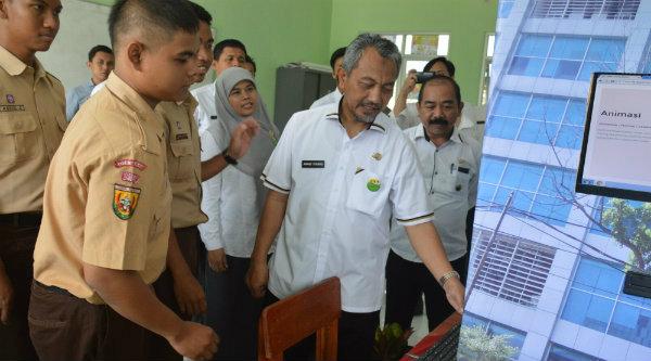 Wakil Walikota Bekasi H Ahmad Syaikhu meliat langsung karya siswa SMKN 8.[IDH]