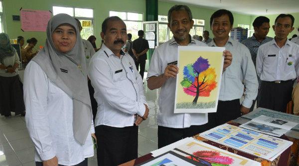 Wakil Walikota Bekasi H Ahmad Syaikhu saat memperlihatakan karya siswa SMKN 8.[IDH]