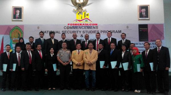 Wisudawan angkatan pertama Sekolah Kamnas dilantik Rektor Universitas Bhayangkara di Kampus Universitas Bhayangkara, Kota Bekasi, Rabu, 1 September 2016.[IMH]