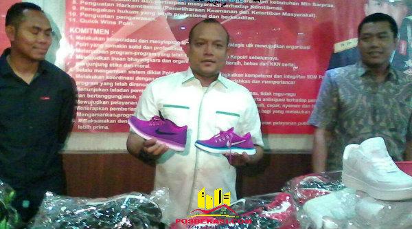 Kasub Direktorat Indag Direktorat Reserse Kriminal Khusus Polda Metro Jaya, AKBP Iman Setiawan memperlihatkan sepatu Nike palsu yang berhasiil disita.[BEN]