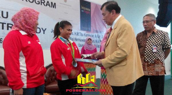 Rektor Universitas Bhayangkara, Irjen Pol Bambang Karsono memberi beasiswa penuh S1 dan S2 pada Lifter Sri Wahyuni di Kampus Ubara, Kota Bekasi, Rabu 1 September 2016.[IMH]