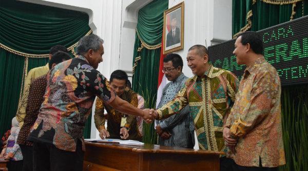 Wakil Walikota Bekasi H Ahmad Syaikhu bersalaman dengan Wagub Jabar Deddy Mizwar.[ISH]
