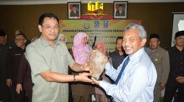 Wakil Walikota Bekasi Ahmad Syaikhu dan Kepala Kejaksaan Negeri Bekasi, Didik Istiyanta, pada penandatanganan MoU penanganan masalah hukum Perdata dan Tata Usaha Negara.[ISH]
