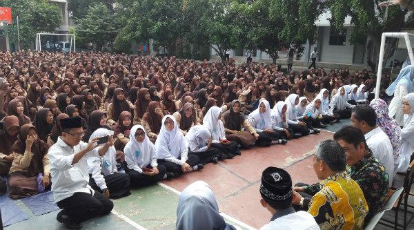 Wakil Walikota Bekasi H Ahmad Syaikhu bersama ratusan pelajar SMAN 12 Kota Bekasi.[ISH]