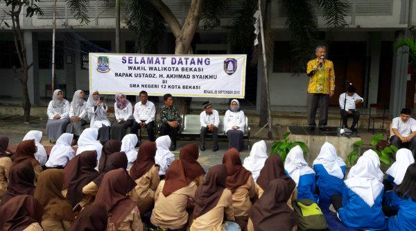 Wakil Walikota Bekasi H Ahmad Syaikhu meapresiasi mengaji Al Qur'an sebelum kegiatan belajar mengjar di SMAN 12.[ISH]