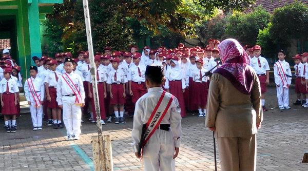 Keheningan dalam upacara bendera.[IMA]