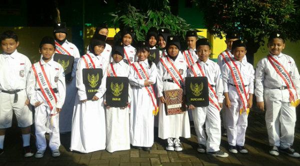 Para petugas upacara bendera oleh murid kelas 5B SDN Padurenan 1.[IMA]