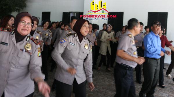 Walikota Bekasi Rahmat Effendi bersama Kapolres Bekasi Kota, Kombes Pol Umar S. Fana, dan Polwan menari Poco-Poco.[BEN]
