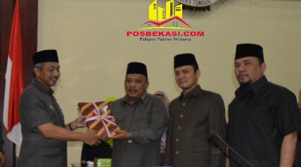 Wakil Walikota Bekasi Ahmad Syaikhu menyerahkan RAP APBD Kota Bekasi kepada Ketua DPRD Kota Bekasi H Tumai.[ISH]