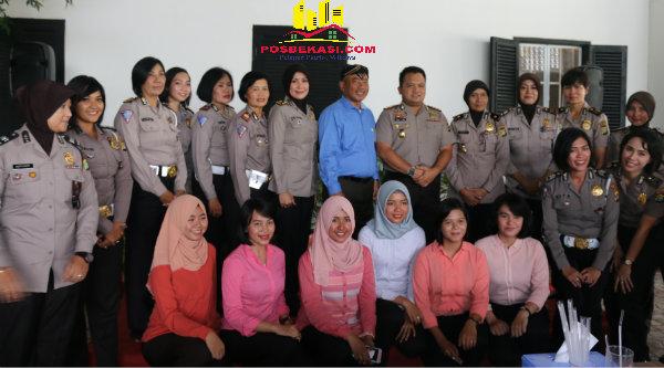 Walikota Bekasi Rahmat Effendi bersama Kapolres Bekasi Kota, Kombes Pol Umar S. Fana, berfoto bersama dengan Polwan.[ISH]