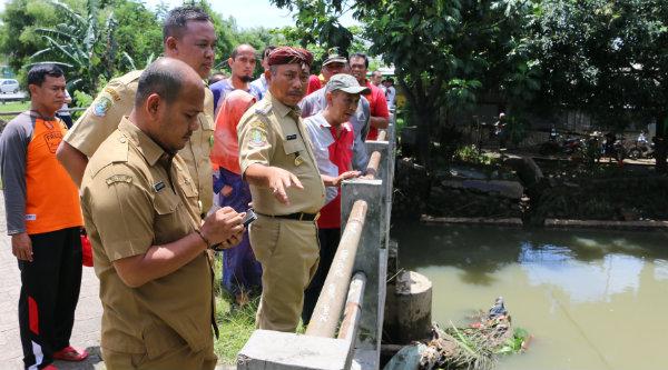 Walikota Bekasi, Rahmat Effendi saat meninjau lokasi banjir di jembatan di Perumahan Bumi Bekasi Baru Rawalumbu Utara.[ISH]