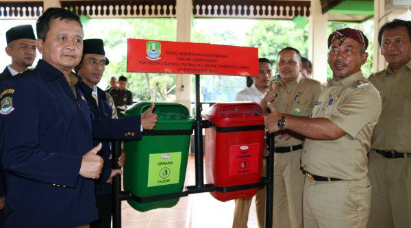 Walikota Bekasi, Rahmat Effendi saat melantik kepengurusan Karang Taruna Kota Bekasi juga meminta membentuk tim mengenai kinerja pengelolaan Bank Sampah.[ISH]