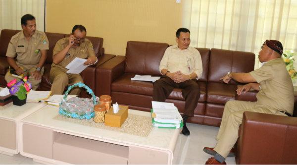 Walikota Bekasi, Rahmat Effendi menerima kunjungan Kepala Perum Bulog Sub Divre Karawang, Abdul Basit.]IMH]