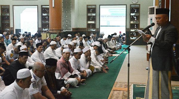 Walikota Bekasi H Rahmat Effendi saat memberi sambutan pada pelaksanaan Shalat Idul Adha Masjid Agung Al Barkah, Senin, 12 September 2016.[ISH]