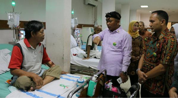 Walikota Bekasi, Rahmat Effen berbincang-bincang dengan pasien cuci darah saat menjenguk ke RSUD Dr Chasbullah Kota Bekasi, Kamis 22 September 2016.[ISH]