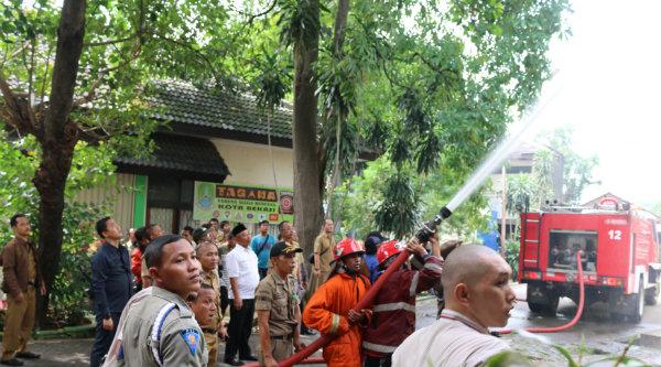 Walikota Bekasi, Rahmat Effendi melihat langsung petugas pemadaman untuk menjinakan api yang membakar empat kantor.[ISH]