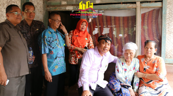 Walikota Bekasi, Rahmat Effendi dan Emah Rainah di depan rumah yang tidak layak huni akan dibangun dengan program Ratilahu.[ISH]