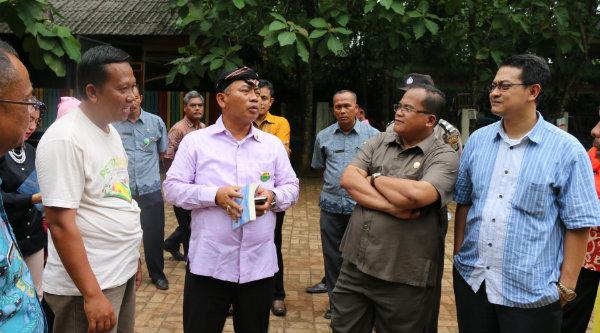 Walikota saat meninjau Sekolah Alam Tunas Mulia di TPA Bantar Gebang.[ISH]