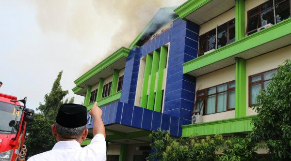 Walikota Bekasi, Rahmat Effendi saat meninjau lokasi empat kantor Pemko Bekasi terbakar.[ISH]