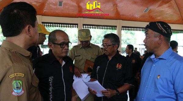 Walikota Bekasi, Rahmat Effendi (kanan) akan membangun stadion mini ditiap kecamatan.[ISH]