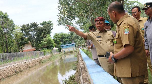 Walikota Bekasi, Rahmat Effendi meninjau aliran sungai di samping Universitas 45 (Unisma).[ISH]
