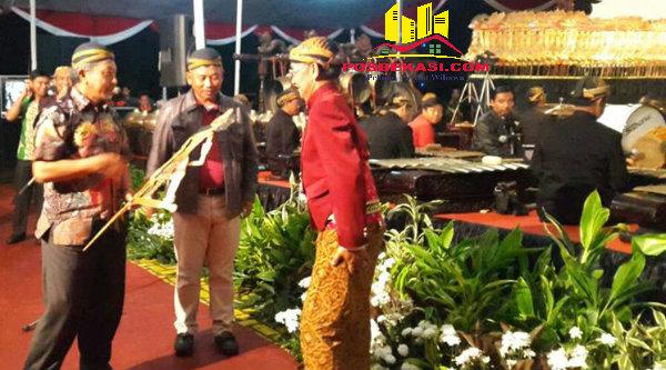 Walikota Rahmat Effendi dan Wakil Walikota Ahmad Syaikhu bersama Dalang Ki Manteb sebelum pagelaran Wayang Kulit dimulai.[Beny Henry]