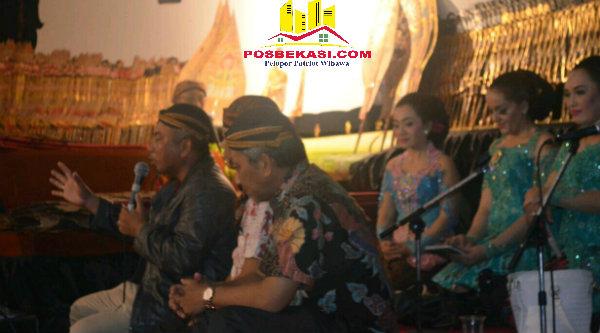 Walikota Rahmat Effendi dan Wakil Walikota Ahmad Syaikhu sebelum pagelaran Wayang Kulit semalam suntuk di Plaza Kantor Walikota Bekasi, Jumat 23 September 2016.[Ismail Hasibuan]