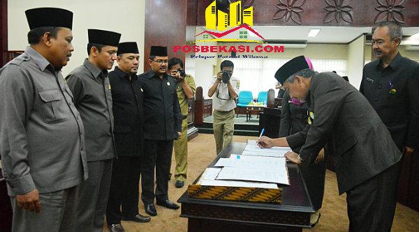 Wakil Walikota Bekasi H Ahmad Syaikhu menandatangani  pengesahan APBDP Kota Bekasi bertambah menjadi Rp5,1 triliun pada Rapat Paripurna DPRD Kota Bekasi, Senin 17 Oktober 2016.[ISH]