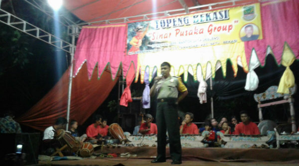 Binmaspol Lubangbuaya Aiptu Paimun mengajak warga menghidupkan rond siskamling saat acara pesta penikahan warga, Jumat 14 Oktober 2016.[IDH]
