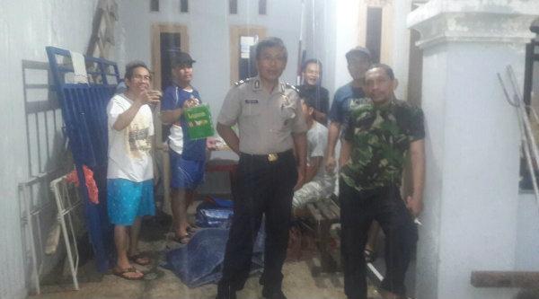 Kasi Humas Polsek Setu Aiptu Parjiman yang juga Ketua RT007/013 BTR menyempatkan diri memantau warganya yang tengah melaksanakan gotong royong, Kamis 20 Oktober 2016.[SKM]