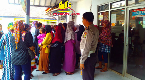 Jajaran Polsek Metro Setu mengawal antrian ratusan warga yang mencairkan dana PKH di Kantor Pos Setu, Kabupaten Bekasi, Selasa 4 Oktober 2016.[BEN]