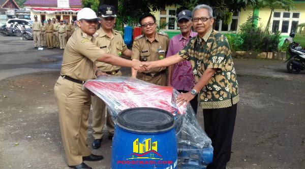 Kepala BPLH Kota Bekasi, Supandi Budiman, secara simbolis menyerahkan bak sampah dan alat kebersihan untuk menunjang peraihan Piala Adipura.[ISH]