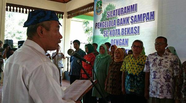 Walikota Bekasi Rahmat Effendi melantik pengurus Bank Sampah Patriot di Pendopo Walikota Bekasi, Sabtu 29 Oktober 2016.[BEN]