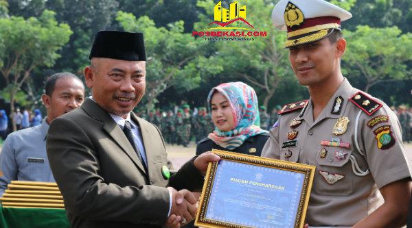 Walikota Bekasi, Rahmat Effendy menyerahkan penghargaan RSPA 2016 kepada Kasat Lantas Polres Metro Bekasi Kota, Kompol Bayu Pratama.[BEN]