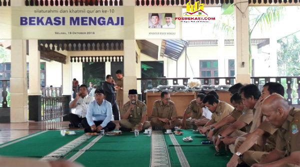 ASN Pemko Bekasi menggelar syukuran Khatamil Quran Ke-10 di Pendopo Kantor Walikota Bekasi, Selasa 18 Oktober 2016.[ISH]