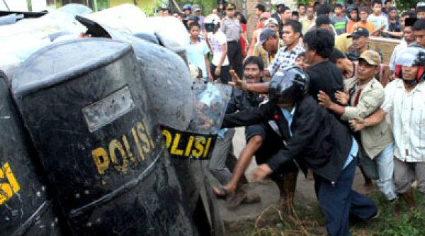 Bentrokan antara Polisi dengan pengunjuk rasa.[DOK]