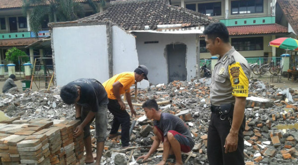 Binmaspol Taman Rahayu, Bripka Nursalim pelopori renovasi bangunan gedung BPD Taman Rahayu, Setu, Kabupaten Bekasi.[HSB]