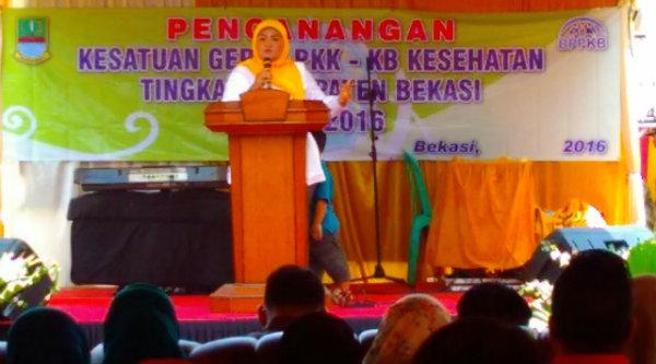 Bupati Bekasi, Dr.Neneng Hasanah Yasin pada pembukaan pencanangan kesatuan Gerak PKK - KB kesehatan Tingkat Kabupaten Bekasi, di Balai Desa Burangkeng, Setu, Selasa 11 Oktober 2016.[IDH]