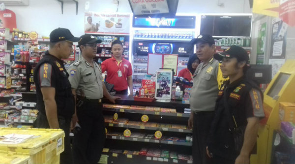 Pengamanan di minimarket yang buka 24 jam.[HSB]